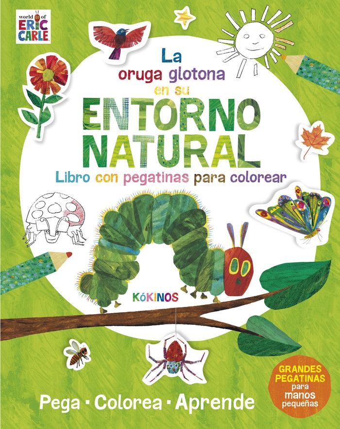 Pequeña oruga glotona en su entorno natural,la