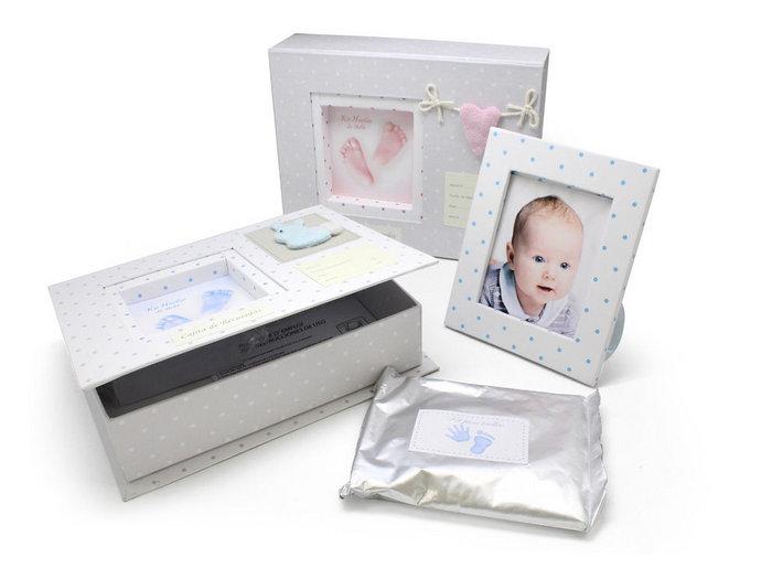 Caja regalo bebe con marco fotos huella pie y mano surtidos